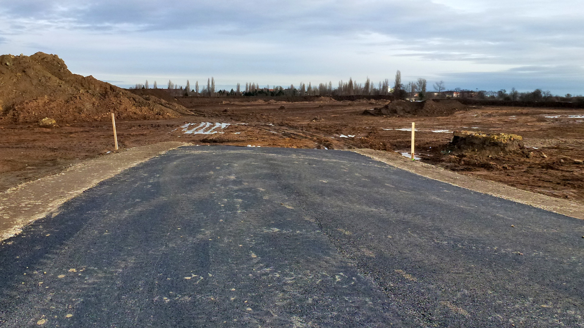 13.12.2014 Tady bude silnice pokračovat k rodinným domkům.