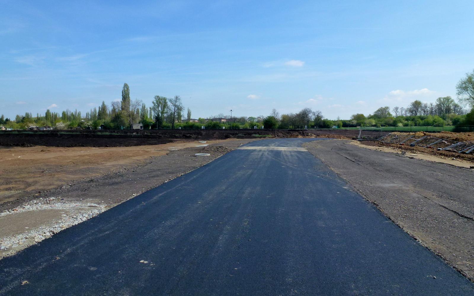 1.5.2015 Příjezdní silnice již má asfaltový povrch.