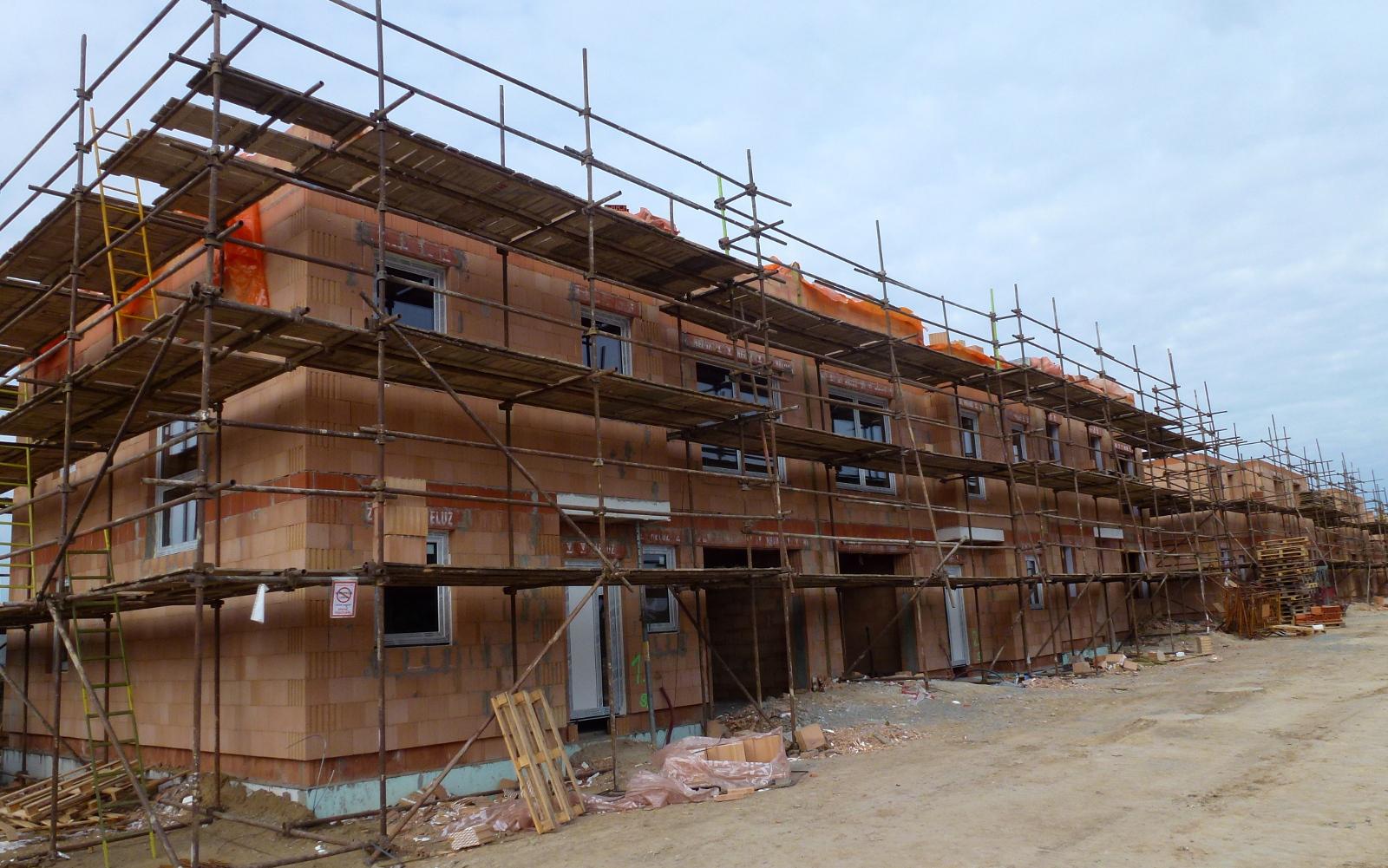 2015-09-26 Domy 1 a 2 již mají okna!