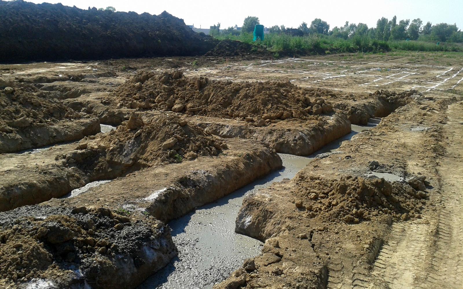 2015-07-03 Čerstvě vylité základy betonem 1