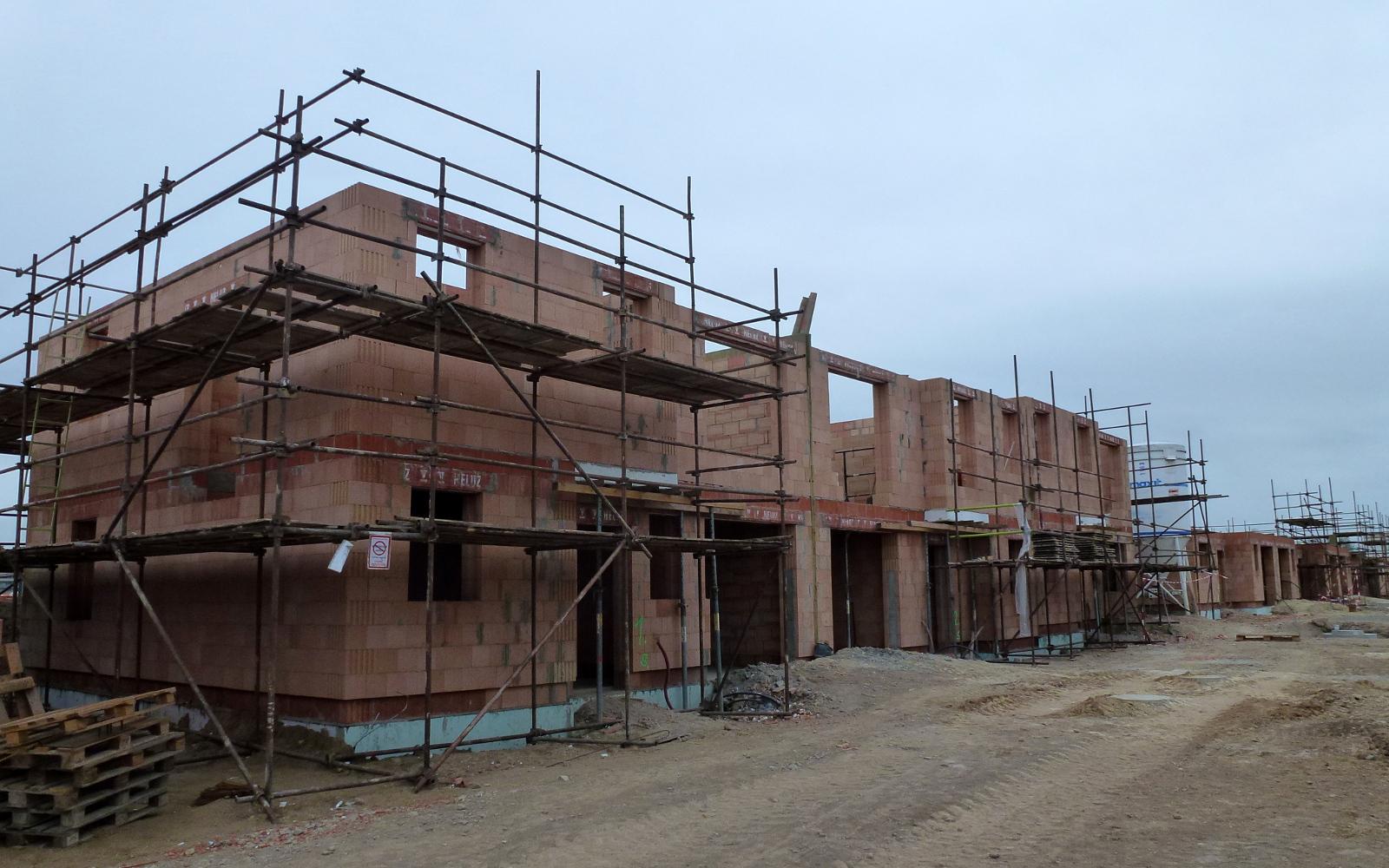 2015-09-07 Všechny tři domy mají vyzděné patro