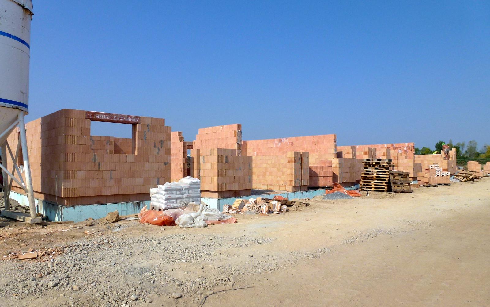 2015-08-13 Zdí se přízemí