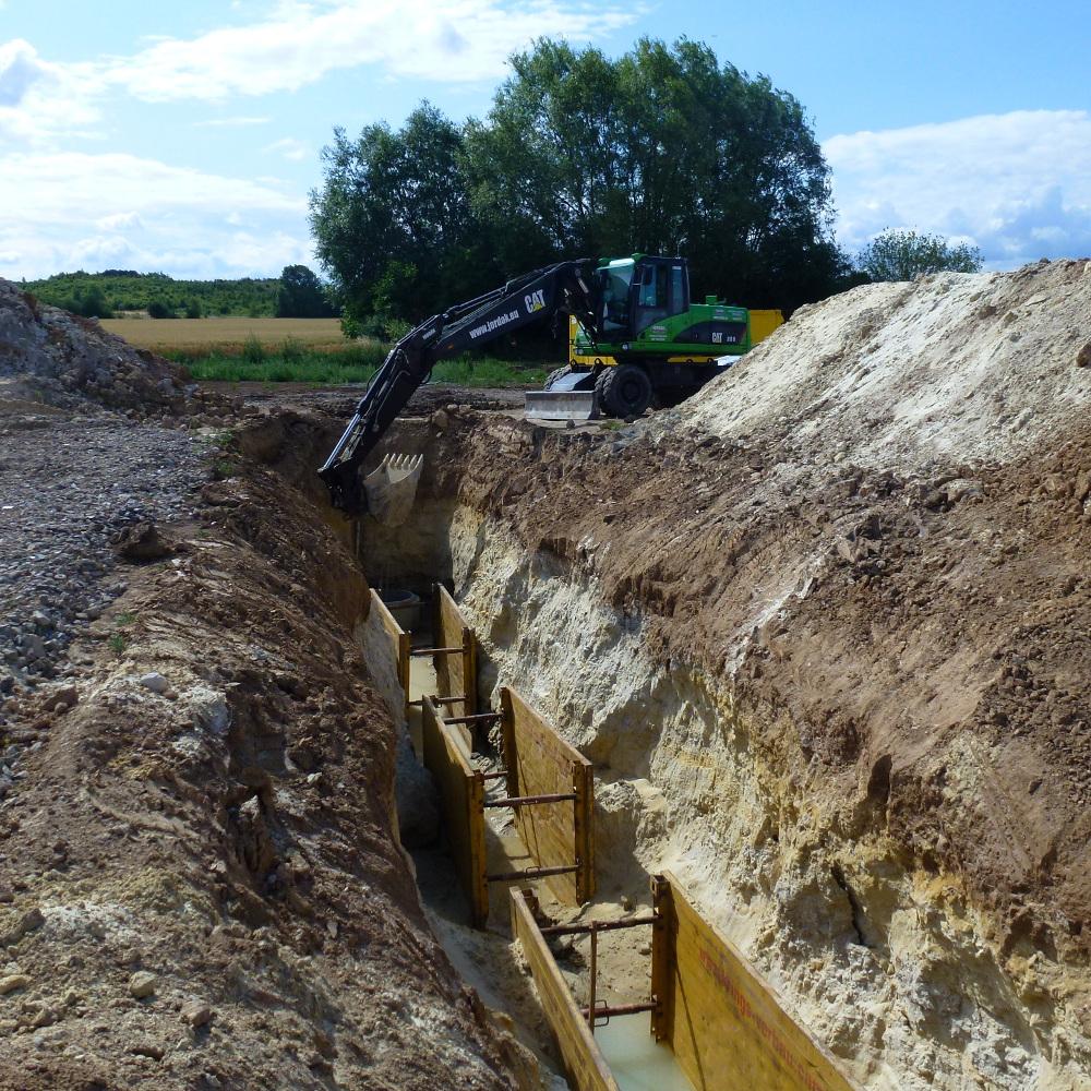 2015-07-09 Hloubení kanalizace u domů 1-3