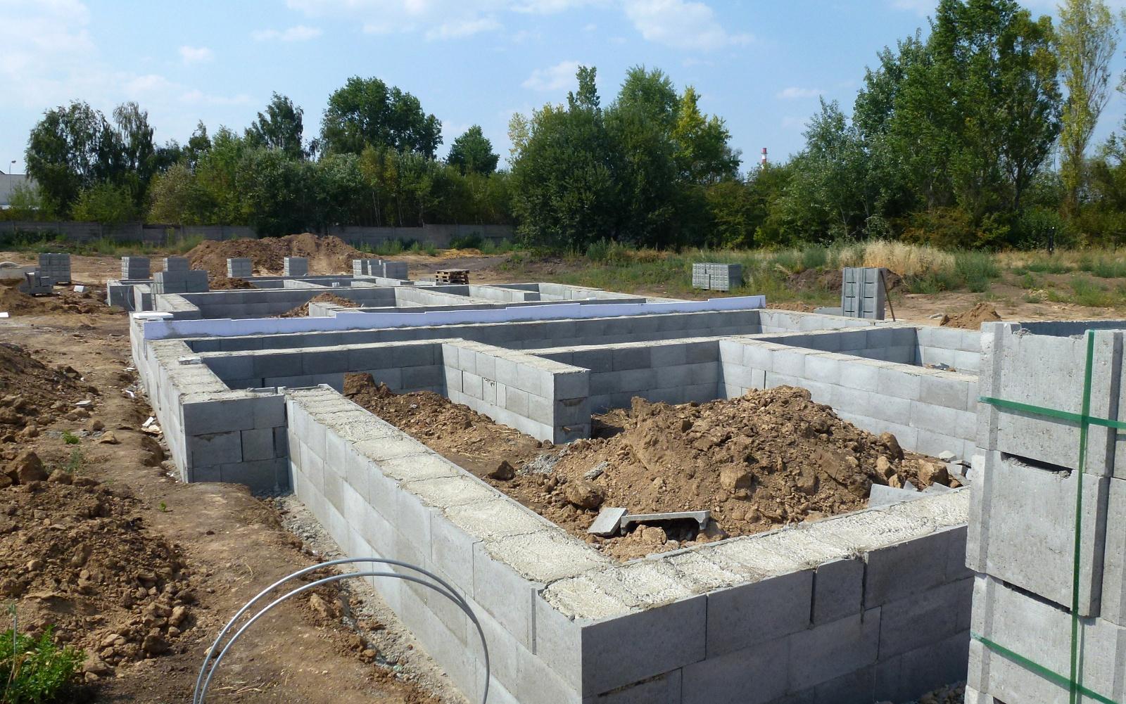 2015-08-10 Dvojdomek 20,21 již má ztracené bednění vylité betonem