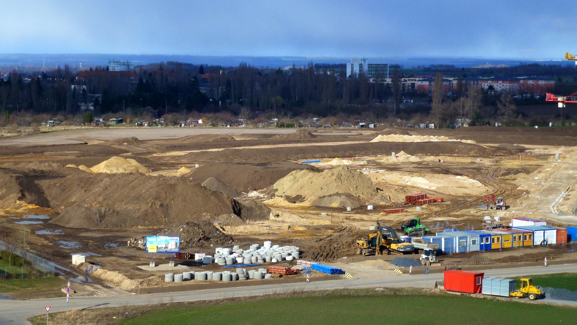 Pohled na staveniště z budovy CG 4.4.2015. Vpravo je již dobře vidět budoucí příjezdová cesta k rodinným domům.