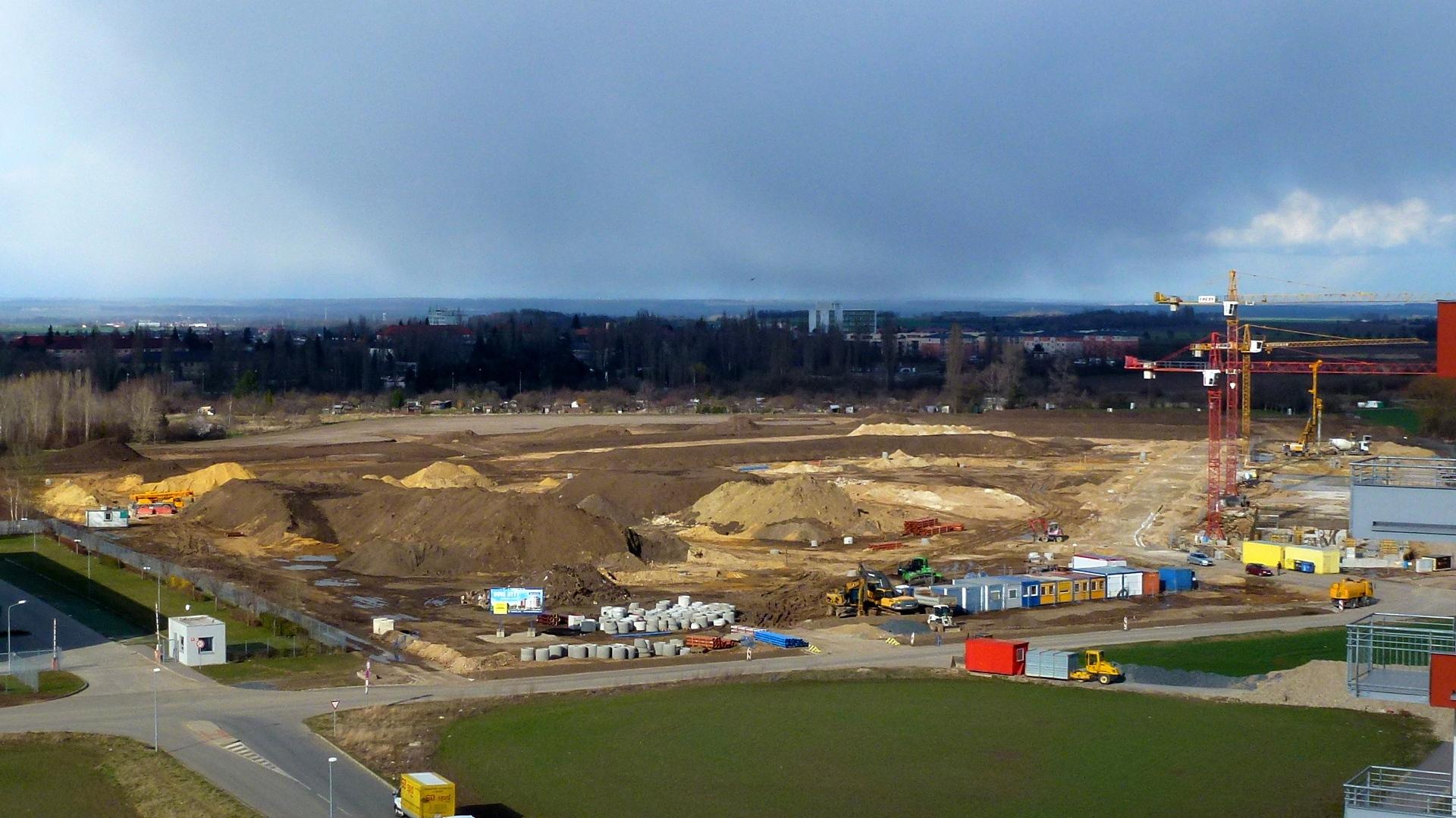 Pohled na staveniště z budovy CG 4.4.2015